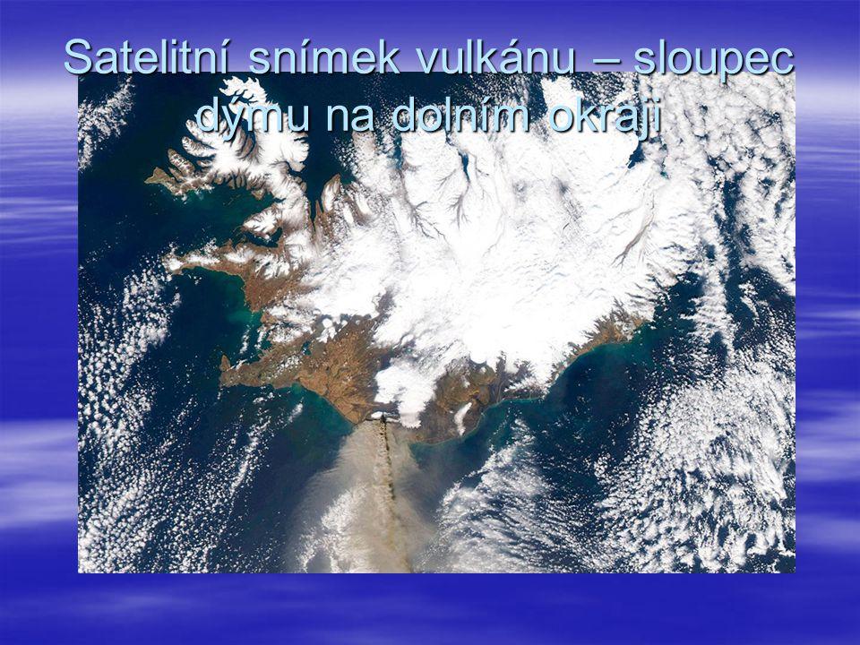 Satelitní snímek vulkánu – sloupec dýmu na dolním okraji
