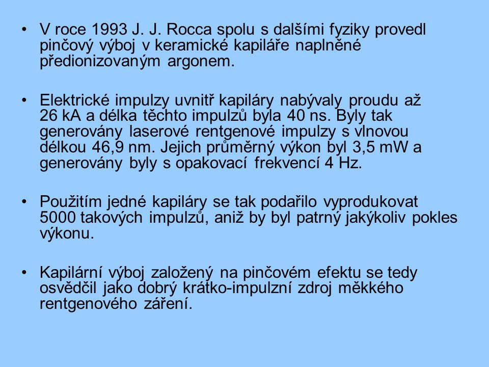 V roce 1993 J. J. Rocca spolu s dalšími fyziky provedl pinčový výboj v keramické kapiláře naplněné předionizovaným argonem. Elektrické impulzy uvnitř