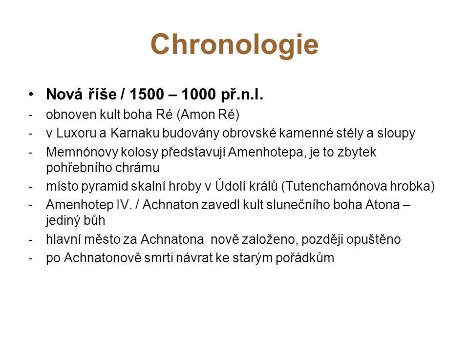 Chronologie Nová říše / 1500 – 1000 př.n.l. -obnoven kult boha Ré (Amon Ré) -v Luxoru a Karnaku budovány obrovské kamenné stély a sloupy -Memnónovy ko