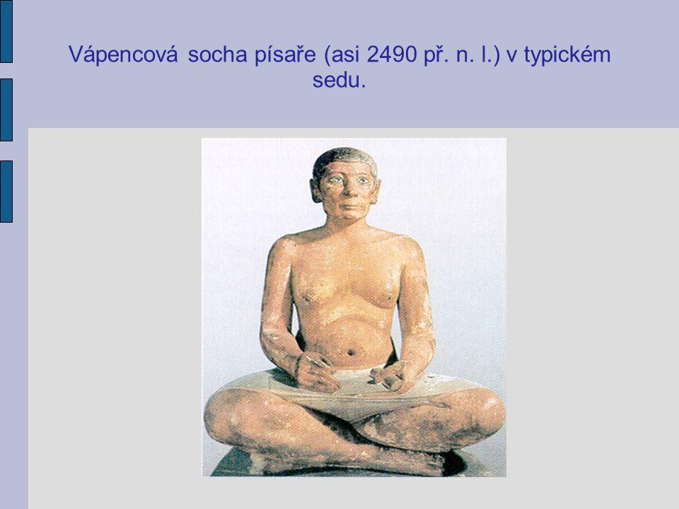 Vápencová socha písaře (asi 2490 př. n. l.) v typickém sedu.