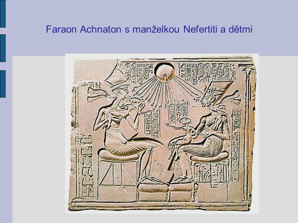 Faraon Achnaton s manželkou Nefertiti a dětmi