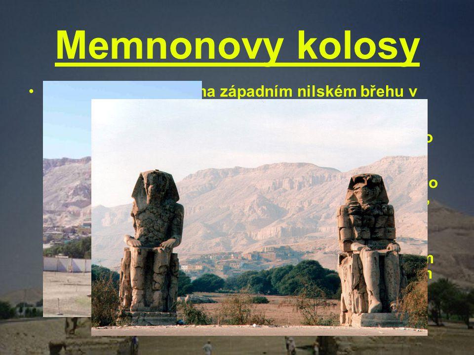 Memnonovy kolosy Memnonovy kolosy na západním nilském břehu v Thébách. Sedící postavy představují faraona Amenhotepa III., který jimi ozdobil vstup do