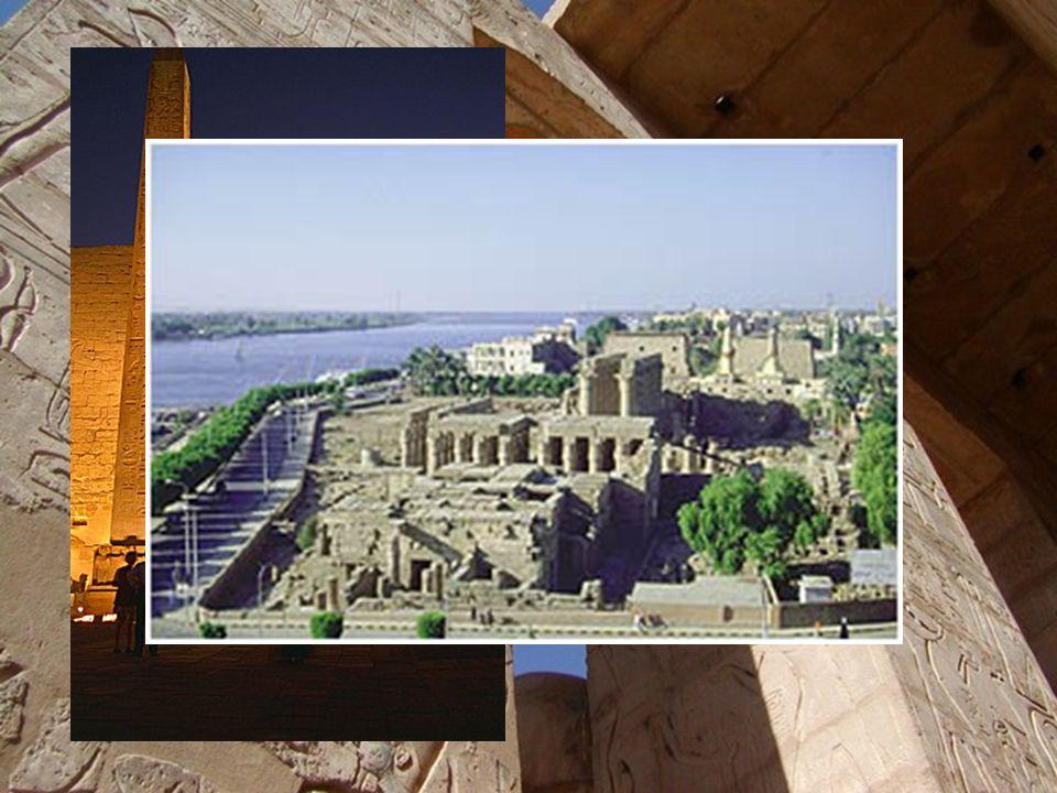 """Chrám v Luxoru  Zasvěcen bohu Amonovi,najdeme jej v jižní části Théb  Pylon byl vyzdoben motivem bitvy u Kadeše, kde vojska faraóna Ramesse II. """"rem"""