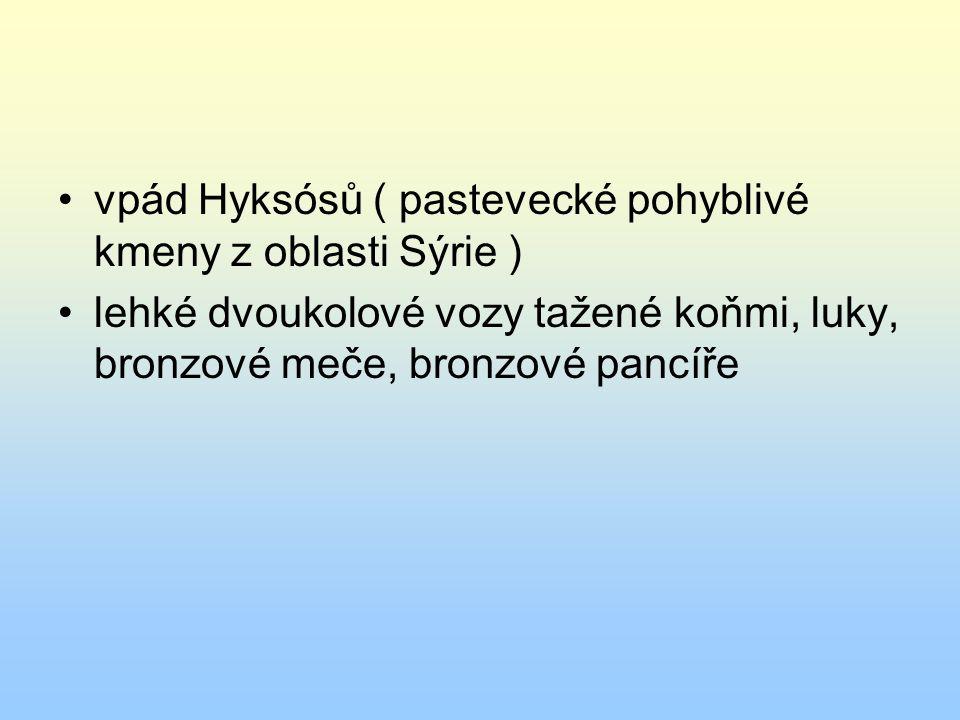 vpád Hyksósů ( pastevecké pohyblivé kmeny z oblasti Sýrie ) lehké dvoukolové vozy tažené koňmi, luky, bronzové meče, bronzové pancíře