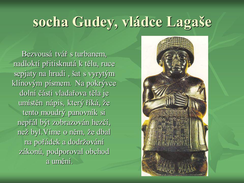 socha Gudey, vládce Lagaše Bezvousá tvář s turbanem, nadloktí přitisknutá k tělu, ruce sepjaty na hrudi, šat s vyrytým klínovým písmem.
