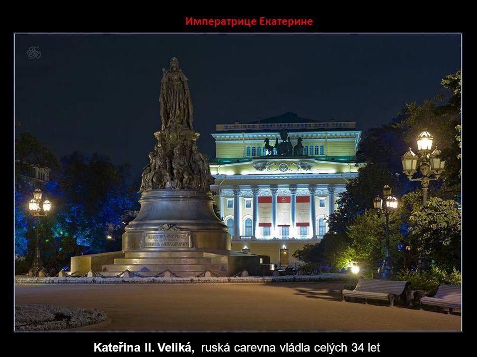 Сфинкс Nad schodištěm k řece Něvě před akademií v Petrohradu jsou na vysokých mohutných podstavcích dvě původní egyptské sfingy.