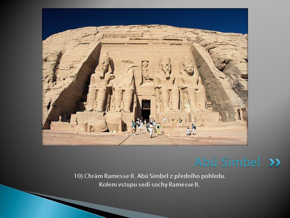 10) Chrám Ramesse II. Abú Simbel z předního pohledu. Kolem vstupu sedí sochy Ramesse II. Abú Simbel