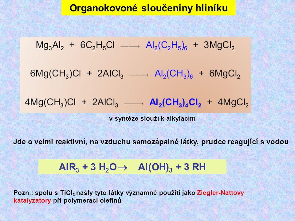 Organokovoné sloučeniny hliníku Jde o velmi reaktivní, na vzduchu samozápalné látky, prudce reagující s vodou AlR 3 + 3 H 2 O  Al(OH) 3 + 3 RH Pozn.: