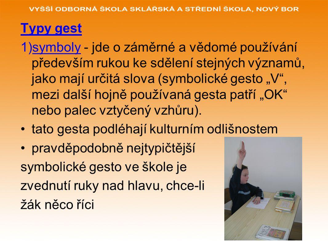 """Typy gest 1)symboly - jde o záměrné a vědomé používání především rukou ke sdělení stejných významů, jako mají určitá slova (symbolické gesto """"V"""", mezi"""