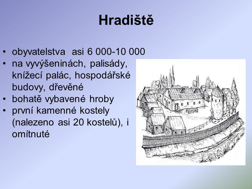 Hradiště obyvatelstva asi 6 000-10 000 na vyvýšeninách, palisády, knížecí palác, hospodářské budovy, dřevěné bohatě vybavené hroby první kamenné kostely (nalezeno asi 20 kostelů), i omítnuté