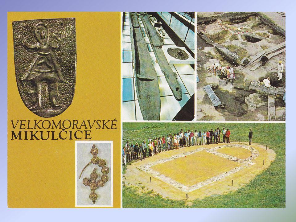 Pohansko u Břeclavi bylo komplexně prozkoumáno, velmožský dvorec je ohrazený palisádou, v jeho severní části stával kostel s přilehlým hřbitovem, má o
