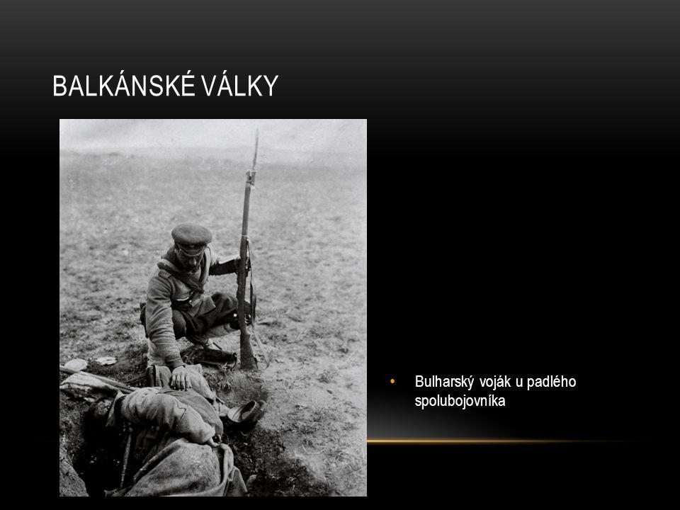 Bulharští vojáci s mrtvými tureckými civilisty