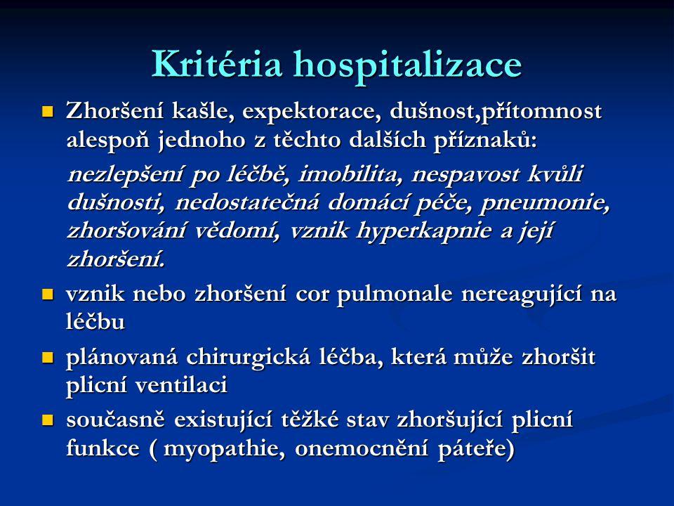 Kritéria hospitalizace Zhoršení kašle, expektorace, dušnost,přítomnost alespoň jednoho z těchto dalších příznaků: Zhoršení kašle, expektorace, dušnost,přítomnost alespoň jednoho z těchto dalších příznaků: nezlepšení po léčbě, imobilita, nespavost kvůli dušnosti, nedostatečná domácí péče, pneumonie, zhoršování vědomí, vznik hyperkapnie a její zhoršení.
