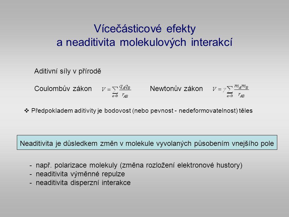 Vícečásticové efekty a neaditivita molekulových interakcí Aditivní síly v přírodě Coulombův zákonNewtonův zákon  Předpokladem aditivity je bodovost (nebo pevnost - nedeformovatelnost) těles Neaditivita je důsledkem změn v molekule vyvolaných působením vnejšího pole - např.