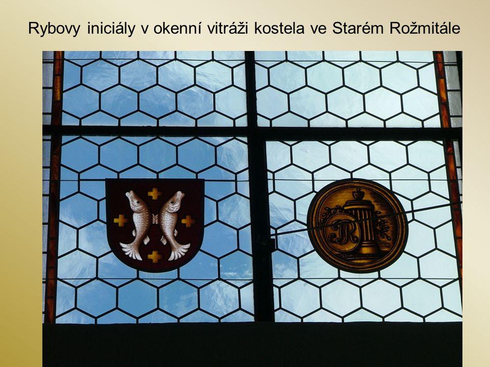 Rybovy iniciály v okenní vitráži kostela ve Starém Rožmitále