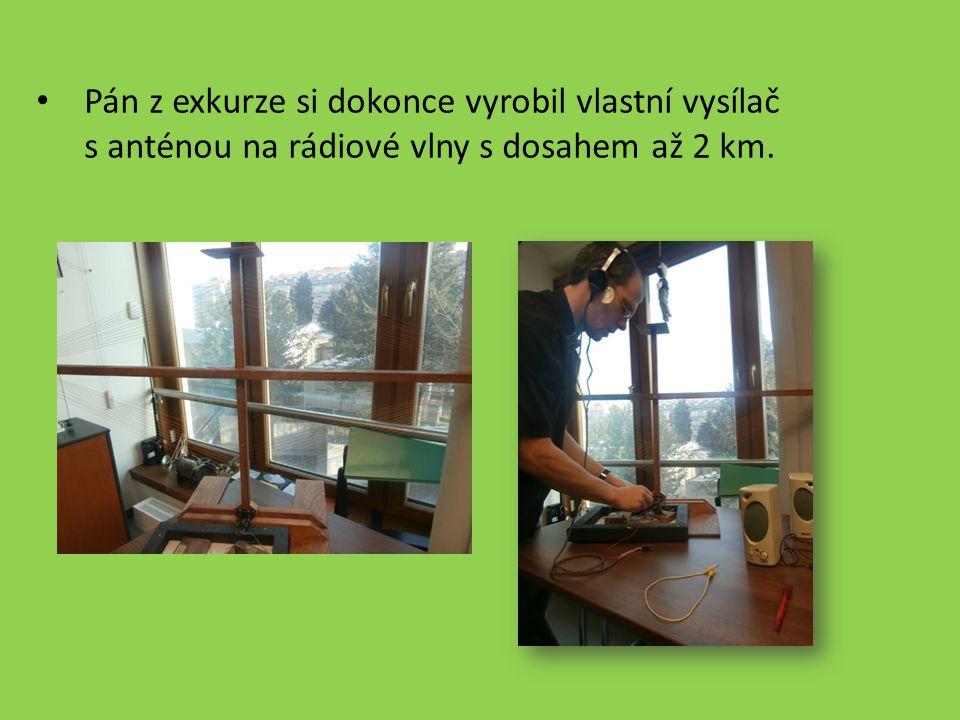 Pán z exkurze si dokonce vyrobil vlastní vysílač s anténou na rádiové vlny s dosahem až 2 km.