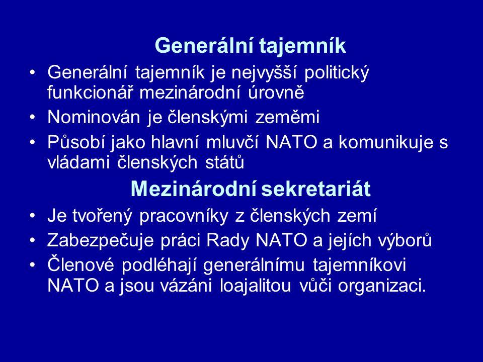 Generální tajemník Generální tajemník je nejvyšší politický funkcionář mezinárodní úrovně Nominován je členskými zeměmi Působí jako hlavní mluvčí NATO a komunikuje s vládami členských států Mezinárodní sekretariát Je tvořený pracovníky z členských zemí Zabezpečuje práci Rady NATO a jejích výborů Členové podléhají generálnímu tajemníkovi NATO a jsou vázáni loajalitou vůči organizaci.