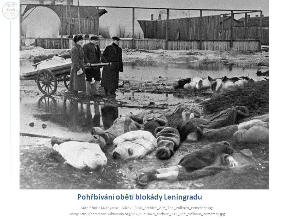 Pohřbívání obětí blokády Leningradu Autor: Boris Kudoyarov, Název: RIAN_archive_216_The_Volkovo_cemetery.jpg Zdroj: http://commons.wikimedia.org/wiki/