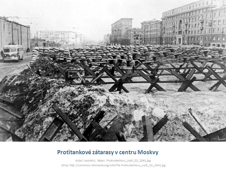 Protitankové zátarasy v centru Moskvy Autor: neznámý, Název: Protivotankovy_yozh_02_1941.jpg Zdroj: http://commons.wikimedia.org/wiki/File:Protivotank