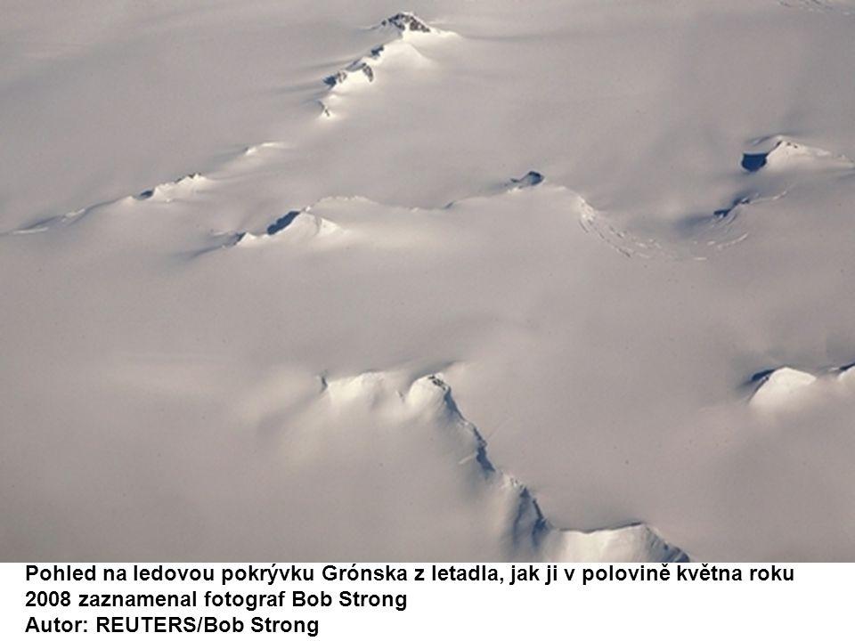 Pohled na ledovou pokrývku Grónska z letadla, jak ji v polovině května roku 2008 zaznamenal fotograf Bob Strong Autor: REUTERS/Bob Strong
