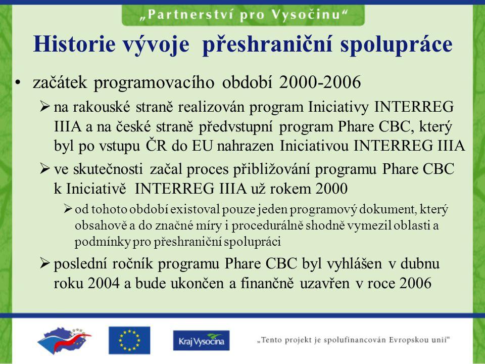 Historie vývoje přeshraniční spolupráce začátek programovacího období 2000-2006  na rakouské straně realizován program Iniciativy INTERREG IIIA a na české straně předvstupní program Phare CBC, který byl po vstupu ČR do EU nahrazen Iniciativou INTERREG IIIA  ve skutečnosti začal proces přibližování programu Phare CBC k Iniciativě INTERREG IIIA už rokem 2000  od tohoto období existoval pouze jeden programový dokument, který obsahově a do značné míry i procedurálně shodně vymezil oblasti a podmínky pro přeshraniční spolupráci  poslední ročník programu Phare CBC byl vyhlášen v dubnu roku 2004 a bude ukončen a finančně uzavřen v roce 2006