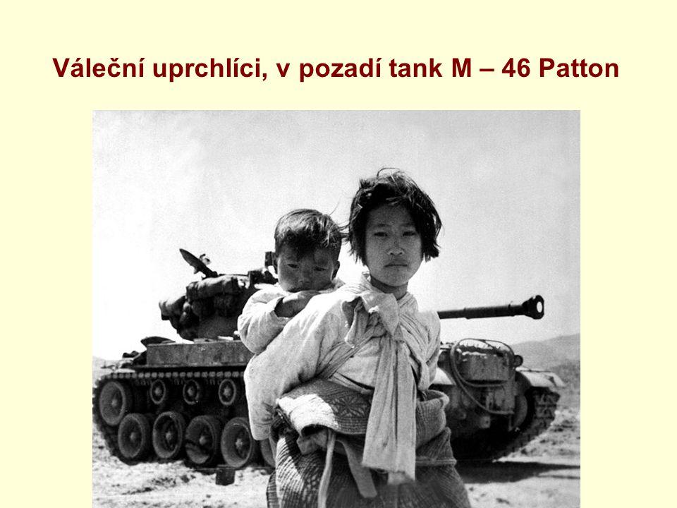 Váleční uprchlíci, v pozadí tank M – 46 Patton