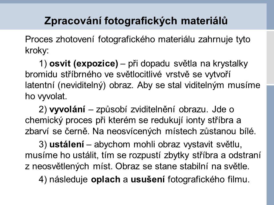 Zpracování fotografických materiálů Proces zhotovení fotografického materiálu zahrnuje tyto kroky: 1) osvit (expozice) – při dopadu světla na krystalk