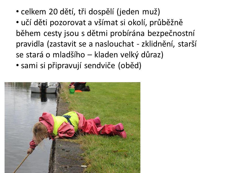 celkem 20 dětí, tři dospělí (jeden muž) učí děti pozorovat a všímat si okolí, průběžně během cesty jsou s dětmi probírána bezpečnostní pravidla (zasta
