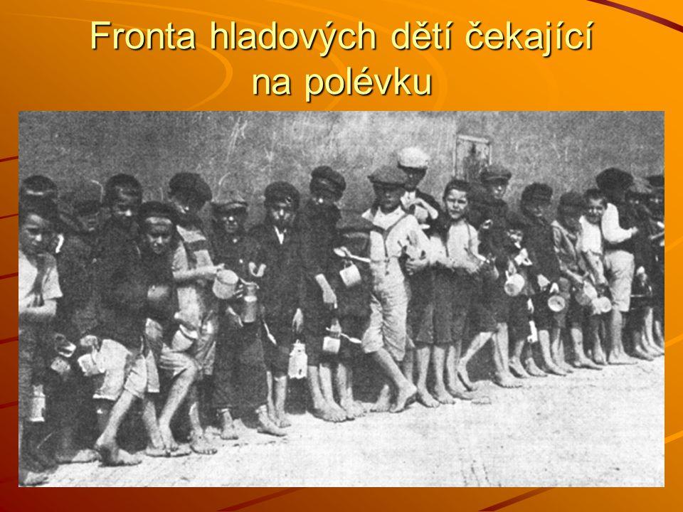 Fronta hladových dětí čekající na polévku