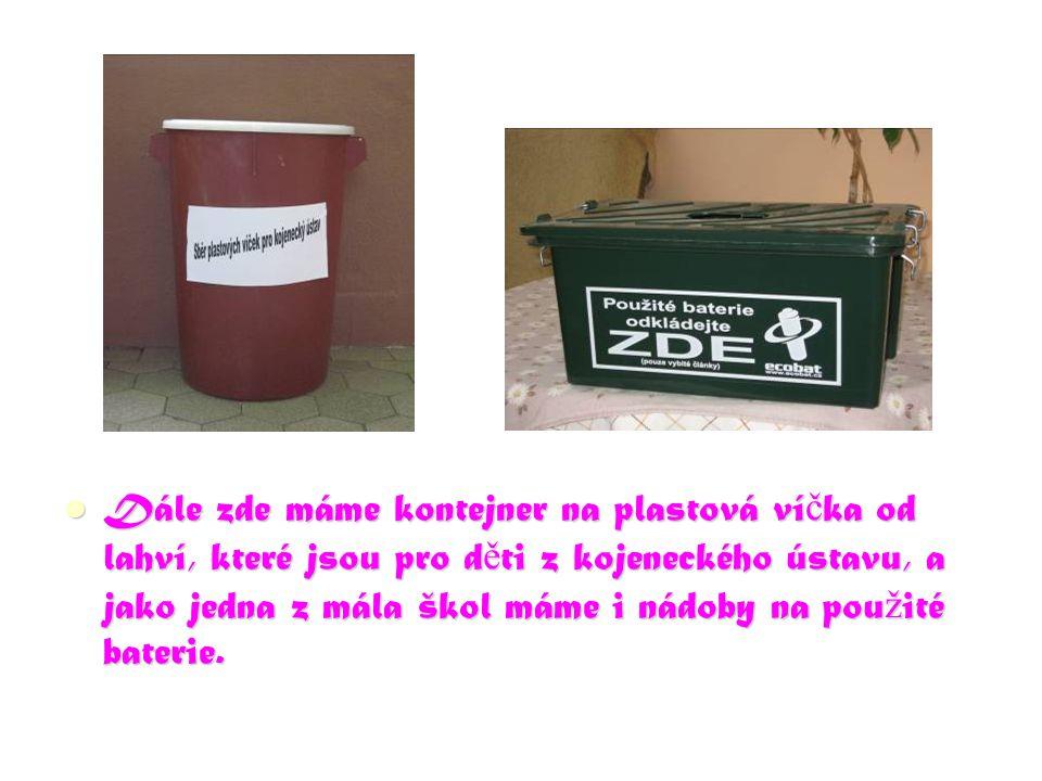 Dále zde máme kontejner na plastová ví č ka od lahví, které jsou pro d ě ti z kojeneckého ústavu, a jako jedna z mála škol máme i nádoby na pou ž ité baterie.
