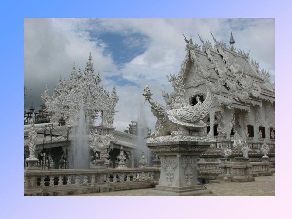 Zajímavostí jsou reliéfy rukou vztahující se k nebi, které jsou zapuštěny do podlahy.