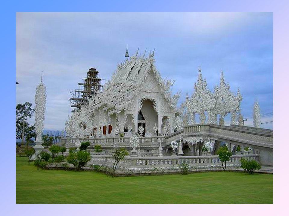 Nekonvenční stavba je navržena známým thajským umělcem Chalermchai Kositpipatem, přezdívaným thajský Gaudí, který střádal po celých dvacet let své úspory z prodeje obrazů a snažil se stvořit zářivou repliku nebe na zemi.
