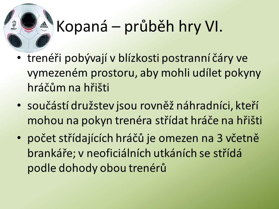 Kopaná – průběh hry VI. trenéři pobývají v blízkosti postranní čáry ve vymezeném prostoru, aby mohli udílet pokyny hráčům na hřišti součástí družstev