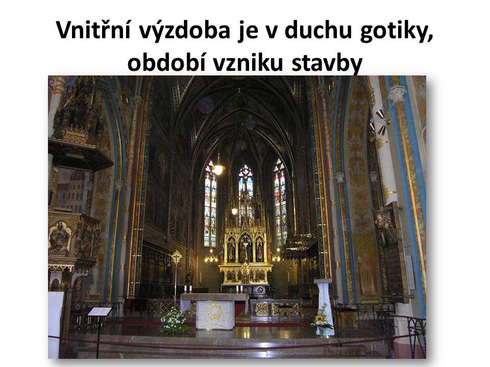 Vnitřní výzdoba je v duchu gotiky, období vzniku stavby