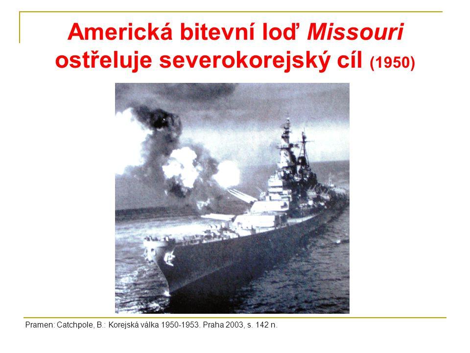 Americká bitevní loď Missouri ostřeluje severokorejský cíl (1950) Pramen: Catchpole, B.: Korejská válka 1950-1953. Praha 2003, s. 142 n.