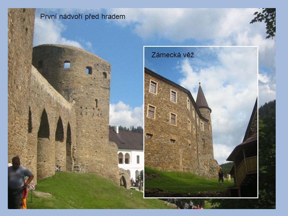 První nádvoří před hradem Zámecká věž