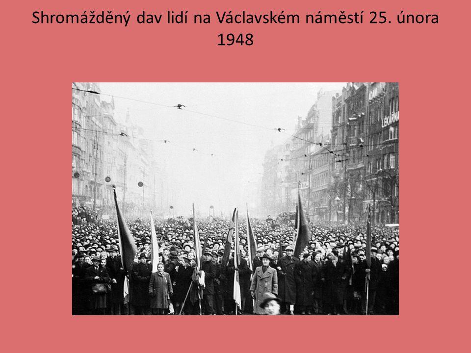 Shromážděný dav lidí na Václavském náměstí 25. února 1948