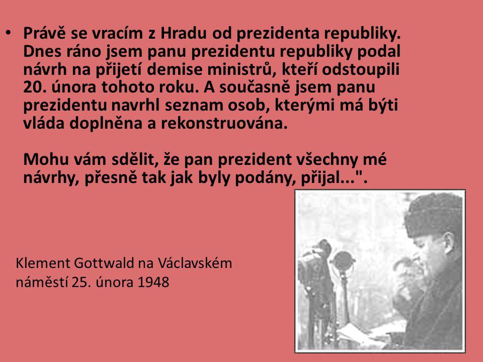 Prezident Edvard Beneš (vlevo) čte seznam nově jmenovaných ministrů vlády Klementa Gottwalda (vpravo ).