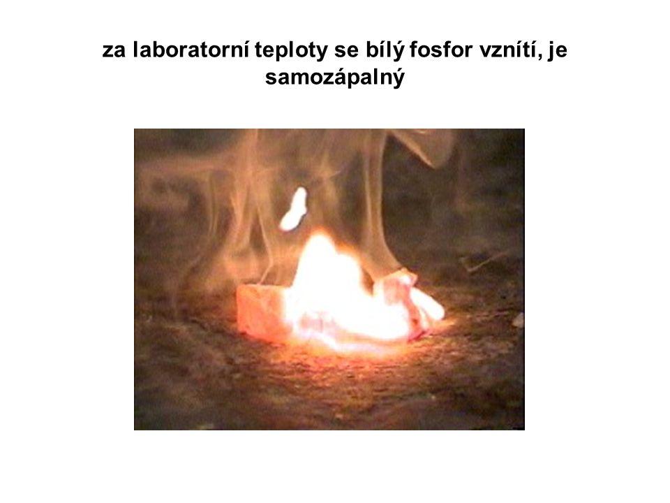 za laboratorní teploty se bílý fosfor vznítí, je samozápalný