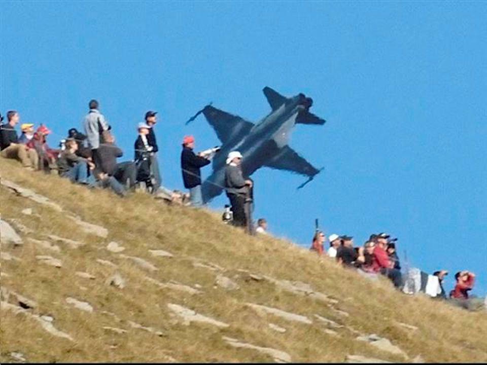 Letecká show ve švýcarských Alpách.