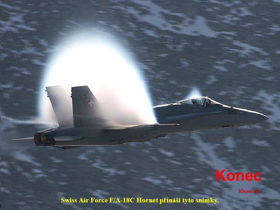 . Kondenzace poskytuje obraz jakoby hořelo letadlo.