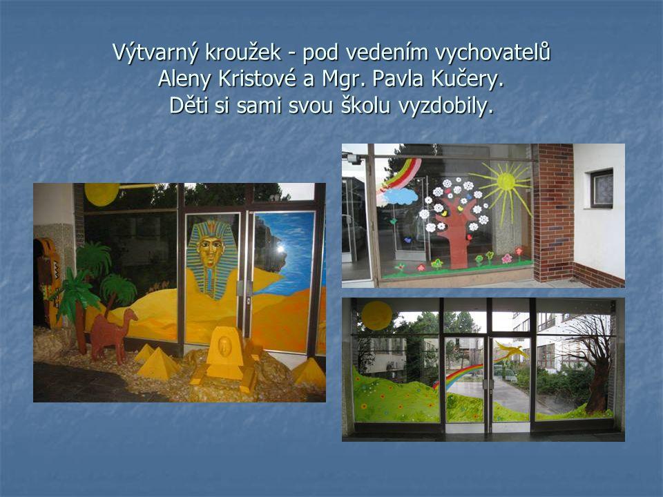 Výtvarný kroužek - pod vedením vychovatelů Aleny Kristové a Mgr. Pavla Kučery. Děti si sami svou školu vyzdobily.