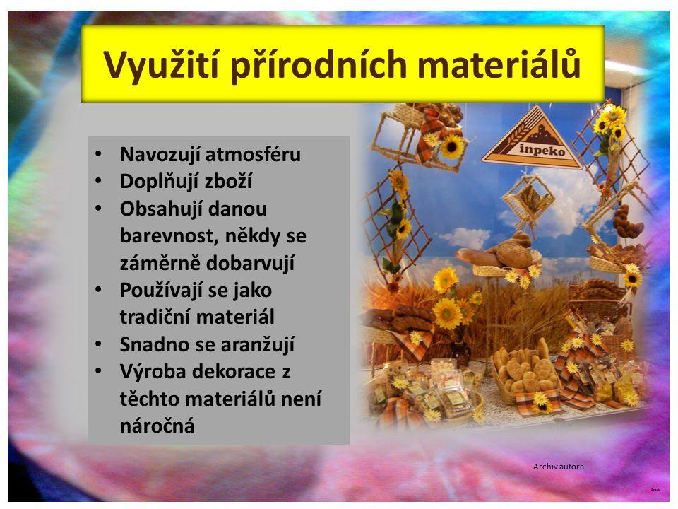 ©c.zuk Využití přírodních materiálů Archiv autora Navozují atmosféru Doplňují zboží Obsahují danou barevnost, někdy se záměrně dobarvují Používají se jako tradiční materiál Snadno se aranžují Výroba dekorace z těchto materiálů není náročná