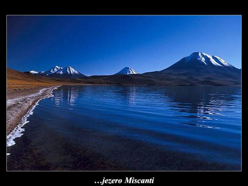 Vysokohorské jezero mezi vrcholky hor