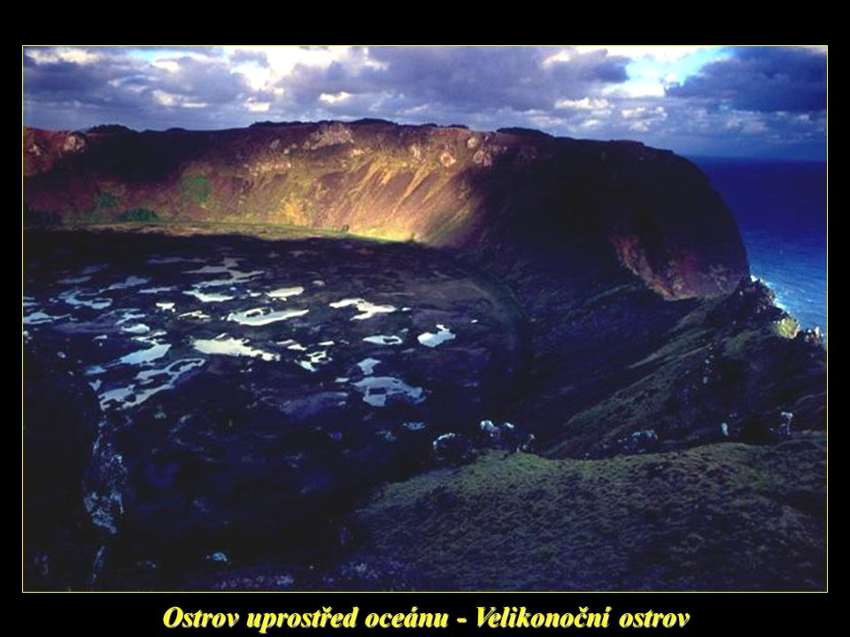 Velikonoční ostrov (v domorodém jazyce Rapa Nui) je ostrov ve východní části Polynésie na jihu Tichého oceánu spravovaný Chile (region Valparaíso). Na