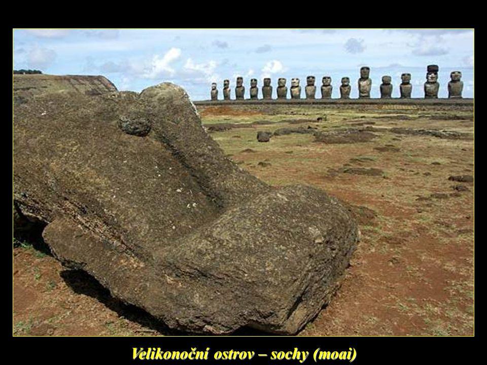 Velikonoční ostrov a sochy (moai) hledící na oceán…
