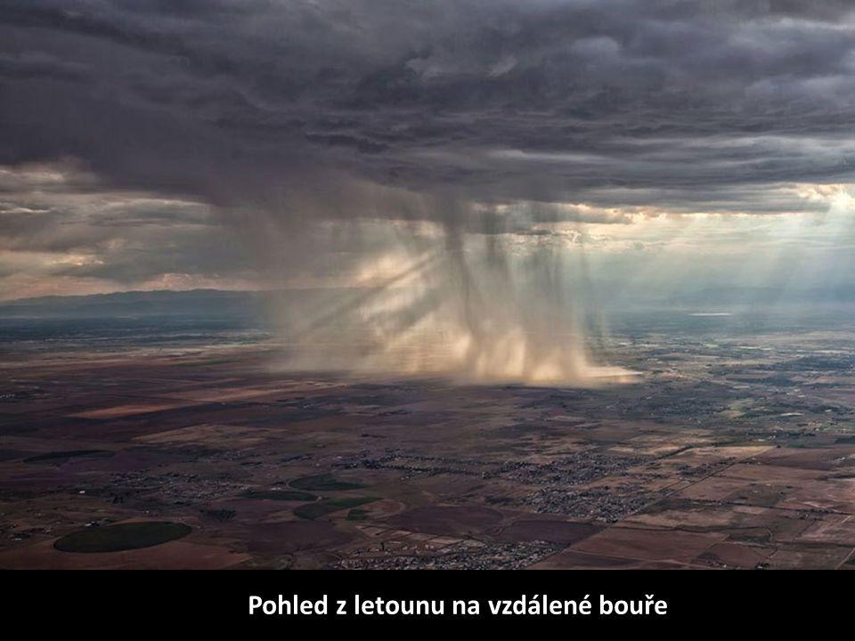 Pohled z letounu na vzdálené bouře