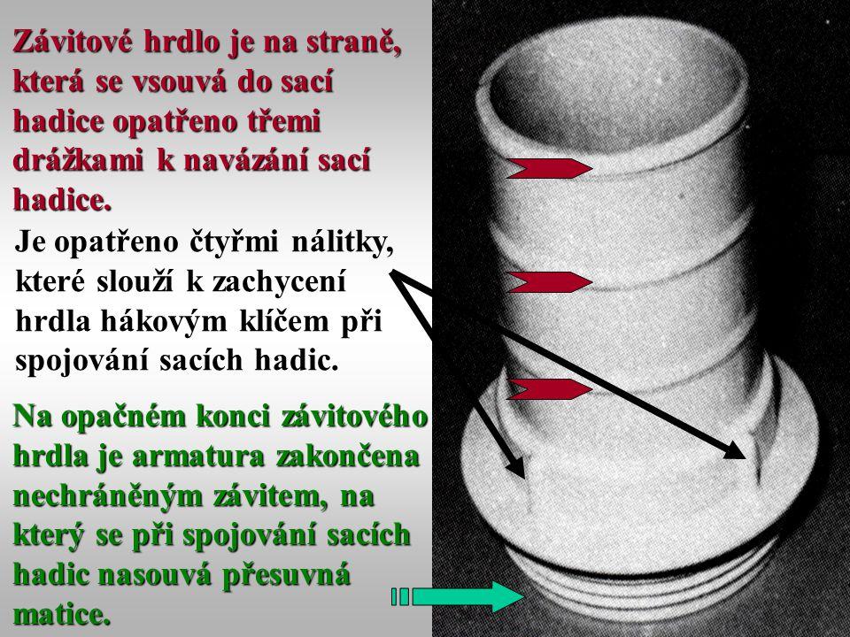 26 Závitové hrdlo je na straně, která se vsouvá do sací hadice opatřeno třemi drážkami k navázání sací hadice. Je opatřeno čtyřmi nálitky, které slouž