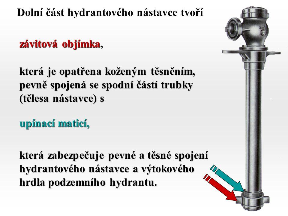 56 Dolní část hydrantového nástavce tvoří závitová objímka, která je opatřena koženým těsněním, pevně spojená se spodní částí trubky (tělesa nástavce)