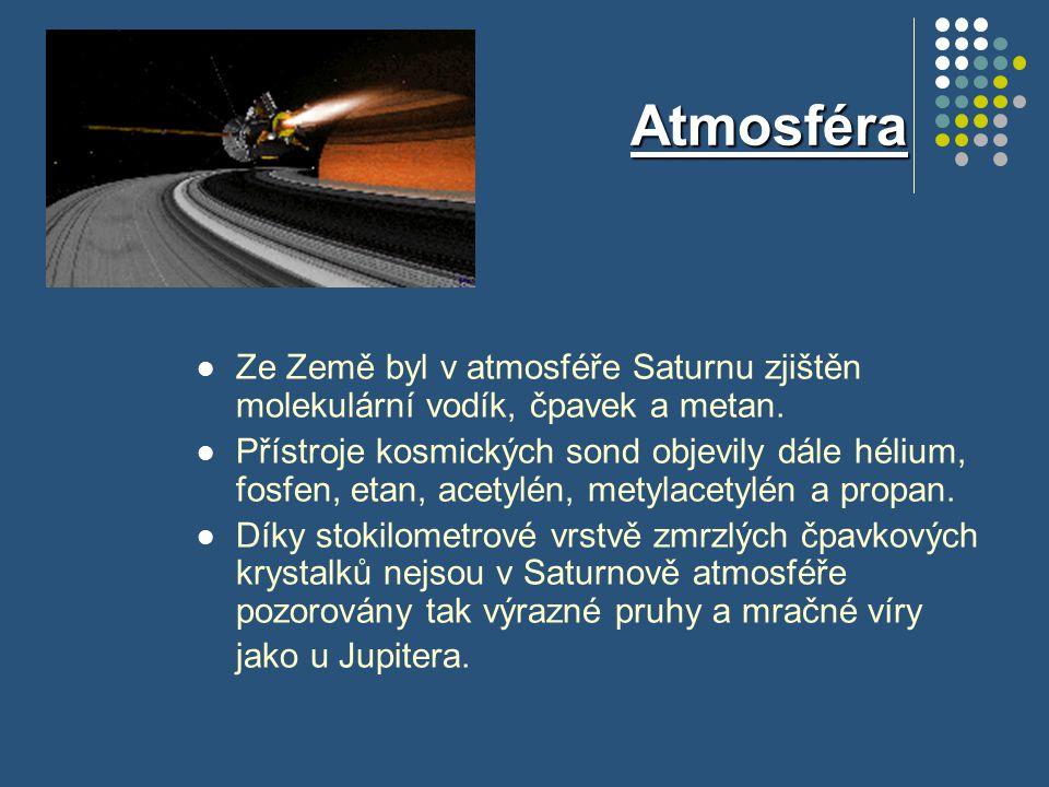 Atmosféra Po pozorování televizními kamerami sondy Voyager bylo zjištěno, že podél rovníkového pásu (asi do úrovně 35.